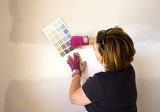 她的油漆挑选墙壁妇女 免版税库存图片