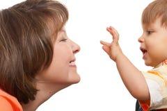 她的演奏儿子的母亲 免版税库存图片
