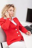 她的电话谈话失望的女商人 免版税库存照片