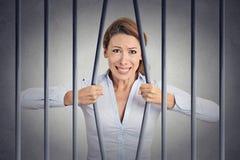 她的监狱被注重的绝望恼怒的女实业家弯曲的酒吧  免版税库存照片