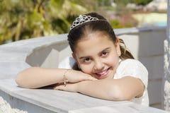 她的第一个圣餐的愉快的女孩 免版税图库摄影