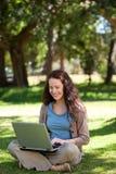 她的膝上型计算机妇女工作 库存图片