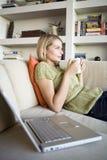 她的膝上型计算机妇女年轻人 免版税库存照片