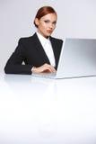 她的膝上型计算机的美丽的女实业家 免版税库存照片