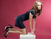 她的膝盖的美丽的苗条优美的女孩 免版税图库摄影
