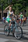 她的自行车的妇女 免版税库存图片