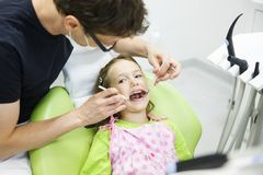 她的规则牙齿核对的儿童患者 免版税库存图片