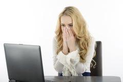 她的计算机的妇女,被冲击关于什么在屏幕上 库存图片