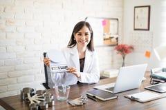 她的诊所的女性营养师 免版税库存图片