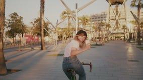 她的都市葡萄酒自行车的俏丽的女孩在日落 股票视频