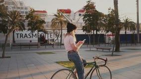 她的都市葡萄酒自行车的俏丽的女孩在日落 股票录像