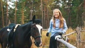 她的马的美好的女孩关心 在女孩的重点 影视素材