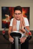 她的高级采取的妇女锻炼 免版税库存照片