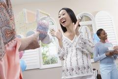 她的婴儿送礼会的激动的妇女 图库摄影