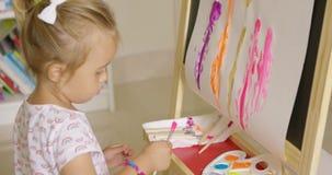 她的绘画的逗人喜爱的小女孩混合的油漆 股票视频