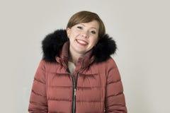 她的20s的o年轻有吸引力和愉快的红色头发白种人妇女 免版税库存图片