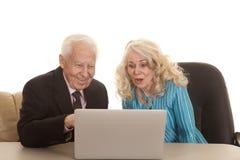 她看起来冲击的年长夫妇事务 免版税库存照片