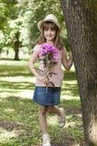 她要某人给作为礼物,花花束  库存照片