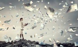 她计划她的时间和财务 混合画法 库存照片