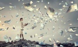 她计划她的时间和财务 免版税库存图片
