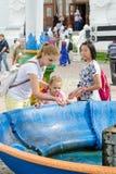 她访客三位一体St Sergius拉夫拉洗与圣水的婴孩的面孔在机盖o 图库摄影