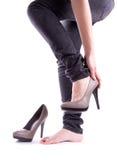 她鞋子采取了妇女 免版税库存照片
