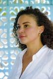 她30s微笑快乐和摆在的新户外年轻美丽和愉快的拉丁非洲的混杂的妇女美好的backg的 库存图片