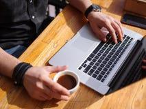 好主意的新鲜的咖啡 膝上型计算机人工作 库存照片
