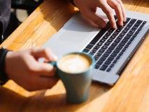 好主意的新鲜的咖啡 膝上型计算机人工作 免版税图库摄影