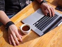 好主意的新鲜的咖啡 膝上型计算机人工作 免版税库存照片