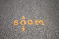 好健康步行的锻炼和距离的跑的标志黄色颜色的在泰国的公园告诉距离 库存照片