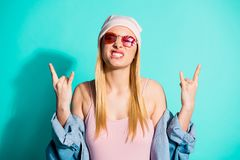 好可爱的可爱的引人入胜的快乐的爽快女孩佩带的streetstyle衣物陈列双特写镜头画象  库存照片