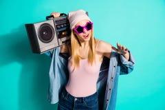 好可爱的可爱的引人入胜的快乐的爽快运载立体声记录器的女孩佩带的eyewear镜片画象  库存图片