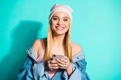 好可爱的可爱的甜快乐的爽快使用应用程序5g设备小配件的女孩佩带的streetstyle特写镜头画象  库存图片