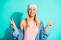 好可爱的可爱的迷人的逗人喜爱的快乐的爽快乐观女孩佩带的streetstyle衣物陈列画象  库存图片