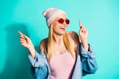 好可爱的可爱的逗人喜爱的引人入胜的快乐的爽快高兴的女孩佩带的streetstyle衣物特写镜头画象  库存照片