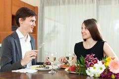 好吃男人和的妇女浪漫晚餐 库存图片