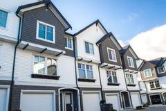 好和舒适的邻里 在加拿大的郊区连栋房屋 兴旺的不动产 库存图片