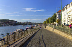 好夏日在有伏尔塔瓦河河的布拉格流经的城市 库存照片