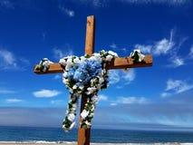 好天空和十字架一起 免版税库存图片