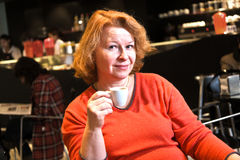 好夫人享用一杯咖啡在酒吧的 免版税库存照片