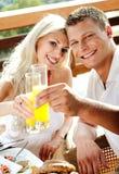 好夫妇有汁液早晨微笑 免版税图库摄影