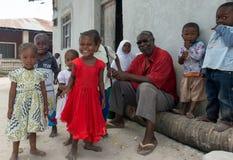 好奇微笑的非洲孩子在桑给巴尔村庄 免版税库存照片