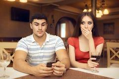 好奇智能手机的女孩暗中侦察的男朋友 库存照片