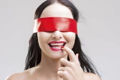 好奇深色的白种人女性自然画象有眼睛的 免版税库存照片