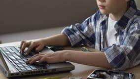 好奇男孩冲浪的互联网,寻找关于修理的忠告,特写镜头 股票视频