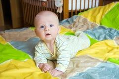 好奇的婴孩 免版税库存图片