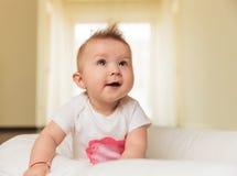 好奇矮小的女婴查寻 免版税库存图片