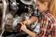 好奇迷人的摩托车的女孩感人的细节 库存图片