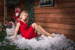 好女孩在屋子和圣诞节里 免版税图库摄影
